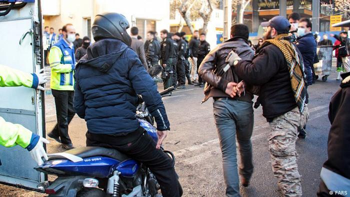 تجمع دراویش گنابادی در خیابان پاسداران تهران با دخالت نیروی انتظامی و افراد لباس شخصی به خشونت کشیده شد