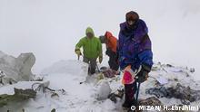 Titel: Bergung Bildbeschreibung: nach 3 tägige Suche fanden die Bergsteiger das zerschellte Passagierflugzeug auf 4100 Meter Höhe. Die Bergung von 66 Passagieren ist wegen Kälteeinbruch und Schnee unterbrochen. Stichwörter: Iran, KW08, Bergung, Flugzeugabsturz Quelle: MIZAN/ H. Ebrahimi Lizenz: Frei