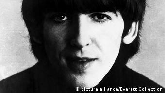 Schwarz-weiß-Aufnahme von George Harrison aus dem Jahr 1964.