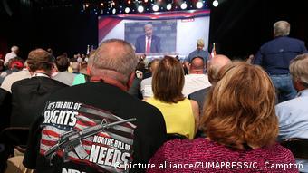 Активисты NRA слушают выступление Дональда Трампа