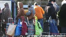 Warten auf die Lebensmittel der Tafel: 6000 Einwohner werden in Essen versorgt