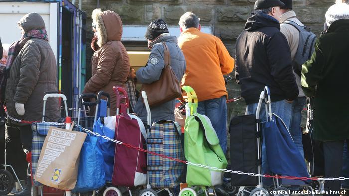 La gente forma fila en el banco de alimentos de Essen.