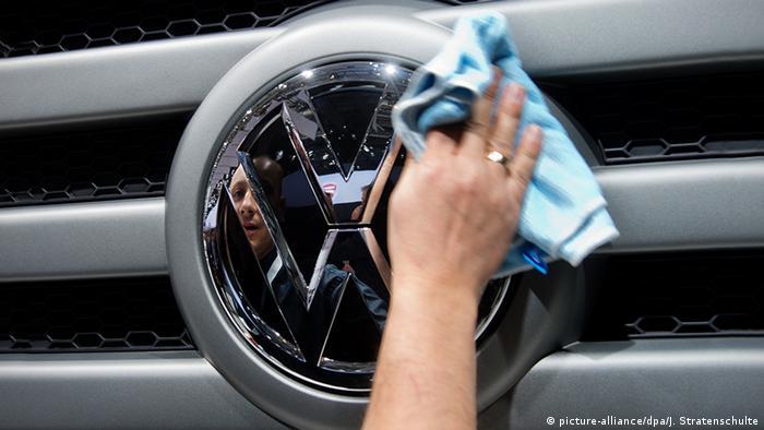 Volkswagen Logo (picture-alliance/dpa/J. Stratenschulte)