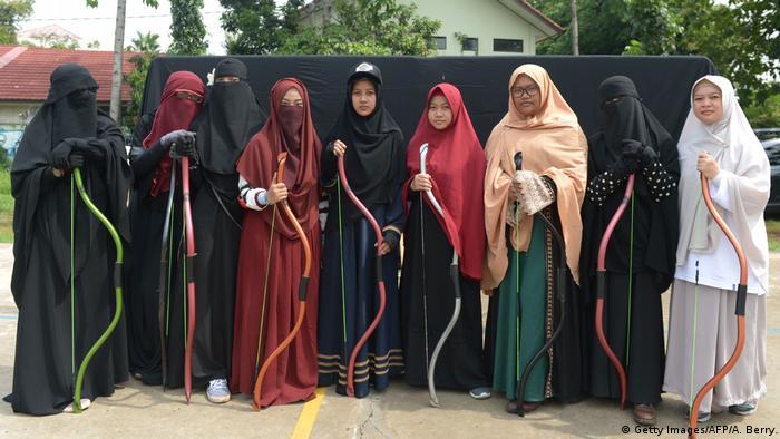 Indonesien Bekasi - Muslimische Frauen nehmen an Bogenschiessen und Reitstunden teil (Getty Images/AFP/A. Berry)