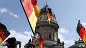 Deutschland Jahrestag Grundgesetz Flaggen in Berlin