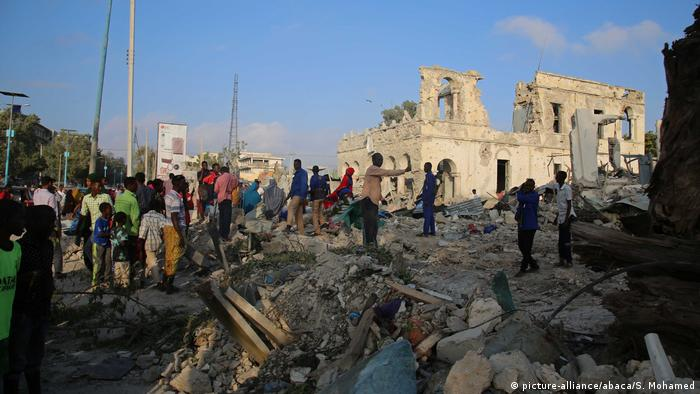 Somalia Mogadishu - people on rubble in the aftermath (picture-alliance/abaca/S. Mohamed)