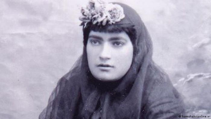 در بررسی سیر آگاهی و فعالیتهای زنان ایران تاسیس مدارس دخترانه و نشریات زنان دو نقطه عطف مهم هستند. مریم عمید سمنانی مزین السلطنه از پیشگامان هر دو عرصه محسوب میشود. او شکوفه را در سال ۱۲۹۲ منتشر کرد و مؤسس دو مدرسه بود. او همچنین عضو انجمن همت خواتین بود. بیشتر منابع از طوبی آزموده به عنوان مؤسس ناموس، نخستین مدرسه برای دختران مسلمان، نام میبرند.