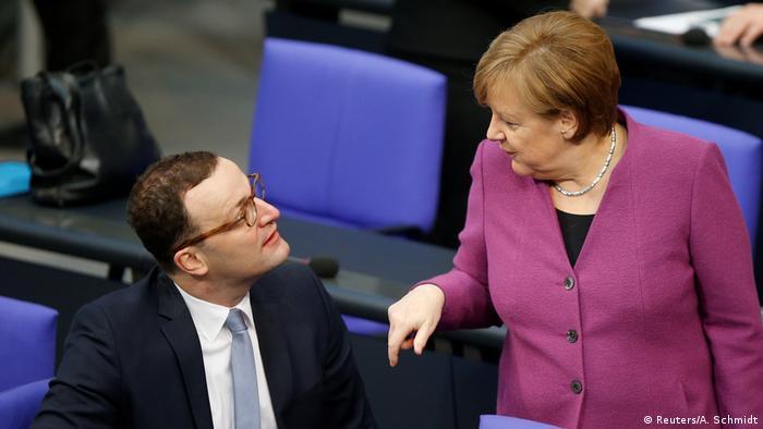 Deutschland Bundeskanzlerin Angela Merkel und Jens Spahn im Bundestag in Berlin
