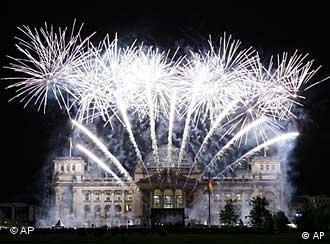 Feuerwerk Ber Dem Reichstag Zur Einweihung Der Neuen Beleuchtung Foto AP