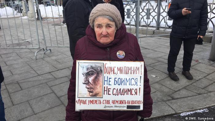 Пожилая участница марша памяти Бориса Немцова с плакатом Борис, мы помним. Не боимся! Не сдадимся!
