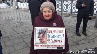Пожилая участница марша памяти Бориса Немцова с плакатом