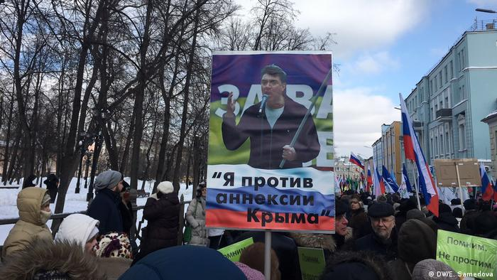 Плакат с фотографией Бориса Немцова и подписью Я против аннексии Крыма
