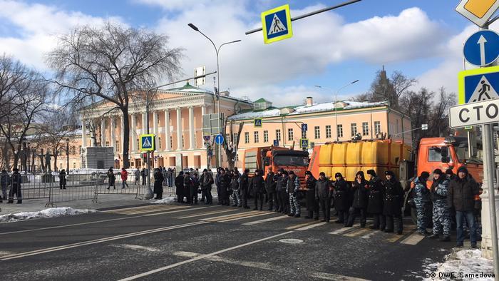 Полиция перекрыла переулок, смежный с маршрутом участников акции.