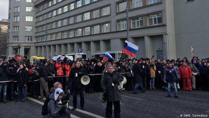 Участник акции Александр Рыклин объявляет минуту молчания в память о Борисе Немцове.