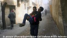 24.02.2018*****HANDOUT - 24.02.2018, Syrien, Ghuta:Das vom Syrischen Zivilschutz («Weißhelme») zur Verfügung gestellte Foto zeigt ein Mitglied des Zivilschutzes, der während Luftangriffen und Beschuss einen verwundeten Mann trägt. Vor dem erneuten Anlauf des UN-Sicherheitsrates für eine Waffenruhe inSyrien haben Regierungskräfte die schweren Angriffe auf das belagerte Gebiet Ost-Ghuta fortgesetzt. Foto: Uncredited/Syrian Civil Defense White Helmets/AP/dpa - ACHTUNG: Nur zur redaktionellen Verwendung im Zusammenhang mit der aktuellen Berichterstattung und nur mit vollständiger Nennung des vorstehenden Credits +++(c) dpa - Bildfunk+++ |