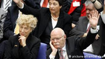 Gesine Schwan surrounded by SPD parliamentarians in the Bundestag