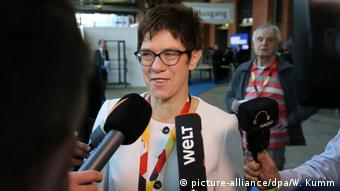 Kramp-Karenbauer speaks to reports at CDU party congress (picture-alliance/dpa/W. Kumm)