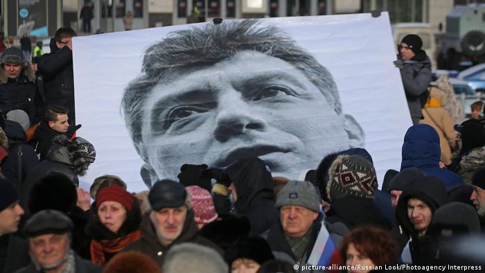 Люди несут портрет Немцова