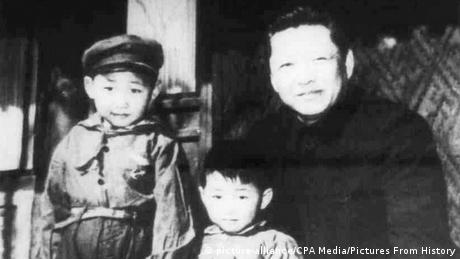 China Xi Jinping and his father Xi Zhongxun in1958 (picture-alliance/CPA Media/Pictures From History)