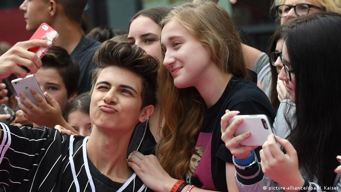 A selfie of Lukas Rieger pouting amongst his fans at the Videodays 2017