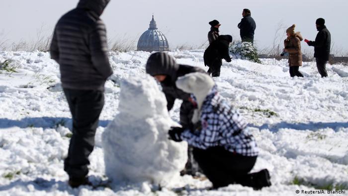 Italien Rom - Kinder spielen im Schnee (Reuters/A. Bianchi)