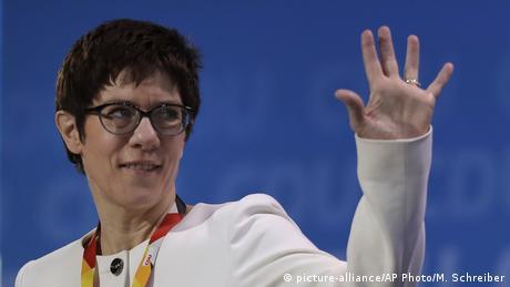 Ако можеше сама да определи кой да я наследи, Меркел навярно би избрала Анегрет Крамп-Каренбауер. Тя е генерален секретар на ХДС и се радва на високо одобрение. А в качеството си на министър-председател на провинция Саарланд вече е печелила и избори. Подобно на Меркел, Крамп-Каренбауер настоява за европейско решение по въпроса за миграцията, а националните демарши определя като заплаха за ЕС.
