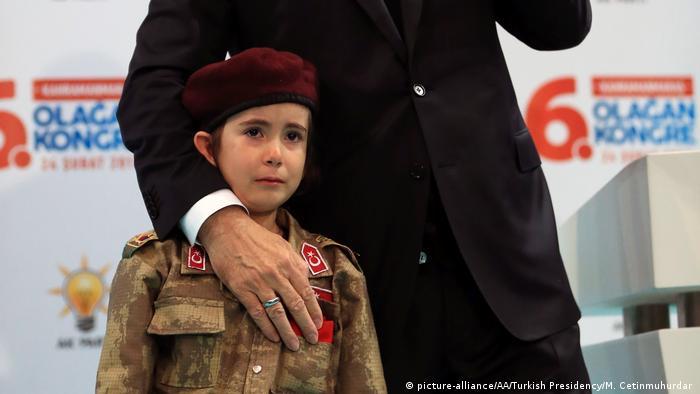 Recep Tayyip Erdogan mit einem weinenden Kind (AUSSCHNITT)