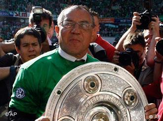 Felix Magath, trener Wolfsburga s trofejom koji osvaja prvak Bundeslige