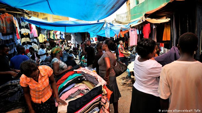 Uganda Altkleider-Händler auf dem Owino Markt