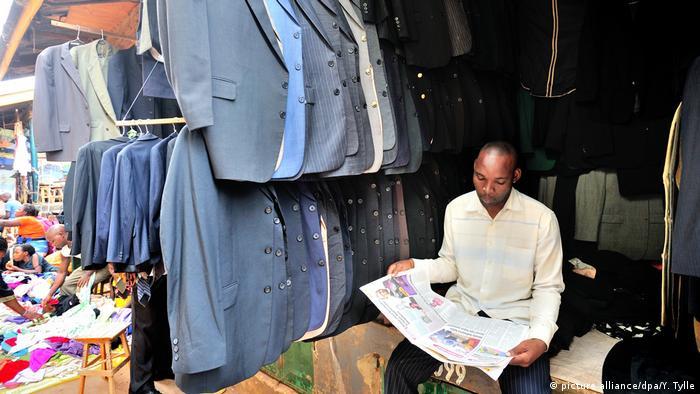 Uganda Altkleider-Händler auf dem Owino Markt (picture alliance/dpa/Y. Tylle)