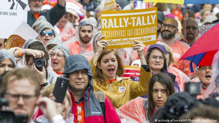 USA Schüler in den USA demonstrieren für schärferes Waffenrecht (picture-alliance/AP-Photo/M. Wallheiser)