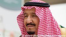 26.02.2018 HANDOUT - 26.02.2018, Saudi-Arabien, Riad:Das von der Saudi Press Agency zur Verfügung gestellte Foto zeigt Salman bin Abdulaziz al-Saud (r), König von Saudi-Arabien, der zur Eröffnung des ersten Internationalen Humanitären Forums in Riad kommt. Foto: ---/Saudi Press Agency/dpa - ACHTUNG: Nur zur redaktionellen Verwendung im Zusammenhang mit der aktuellen Berichterstattung und nur mit vollständiger Nennung des vorstehenden Credits +++ dpa-Bildfunk +++