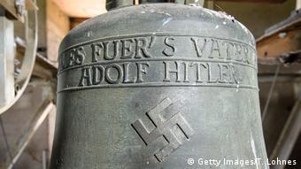 Deutschland Bronzeglocke mit Hakenkreuz in Herxheim am Berg (Getty Images/T. Lohnes)