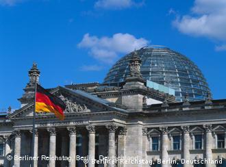 Flagge Deutschlands weht vor dem Reichstagsgebäude in Berlin (Foto: DW)