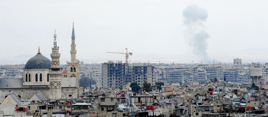 População de Ghouta Oriental continua sujeita a bombardeios, mesmo com pausa determinada por Moscou