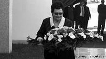 Jovanka Broz polaže cvijeće na grob Tita