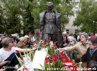 Sarajlije su ispred Titove biste obilježile 25. maj 2005. polaganjem cvijeća.
