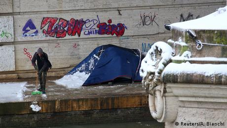 Οι ακραίες καιρικές συνθήκες θέτουν σε κίνδυνο τη ζωή πολλών αστέγων σε μεγαλουπόλεις. Οι Βρυξέλλες αλλά και αρκετές γερμανικές πόλεις έχουν μεριμνήσει για να προσφέρουν προσωρινό κατάλυμα σε αστέγους τα κρύα βράδια. Κάποιοι ωστόσο επιλέγουν να παραμένουν έξω. Όπως ο άνθρωπος στη φωτογραφία από δρόμο της Ρώμης.