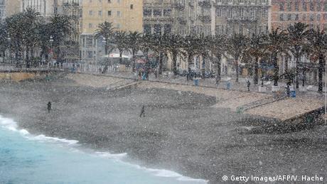 Η Νίκαια στη γαλλική ριβιέρα είναι συνυφασμένη με τον ήλιο, τη θάλασσα και το καλοκαίρι. Οι εικόνες που κάνουν το γύρο του κόσμου από την παραλία της Νίκαιας δεν θυμίζουν σε τίποτα την πόλη της Κυανής Ακτής όπως την ξέρουμε. Το τοπίο είναι... σιβηρικό μιας και το κύμα ψύχους στη δυτική Ευρώπη και τη Γαλλία έχει φτάσει από τη Ρωσία.