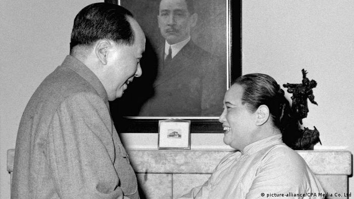 China Mao Zedong begrüßt Sun Yat-sen (picture alliance/CPA Media Co. Ltd)