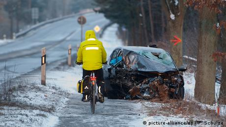 Σε πολλές χώρες έχει καταγραφεί αύξηση των τροχαίων ατυχημάτων τις τελευταίες μέρες. Πολλά επίσης ήταν και τα ατυχήματα με σύγκρουση αυτοκινήτων και ποδηλάτων, όπως φαίνεται και στη φωτογραφία από την πόλη Λύνεμπουργκ της Σουηδίας.