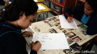 Según un estudio de la UNESCO y el Ministerio de Educación de Chile la lengua rapa nui se encuentra claramente en peligro o amenazada.