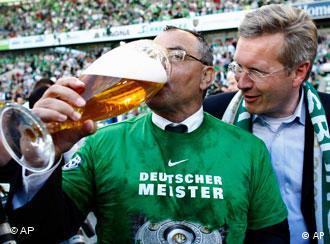Trener Wolfburga Felix Magath pije pivo iz velike čaše
