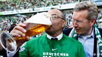 Felix Magath je s pivom nazdravio sebi i Wolfsburgu nakon osvajanja titule prvaka