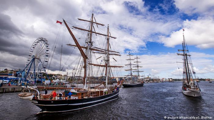 A ship sails in the Hanse Sail in Rostock (picture-alliance/dpa/J. Büttner)