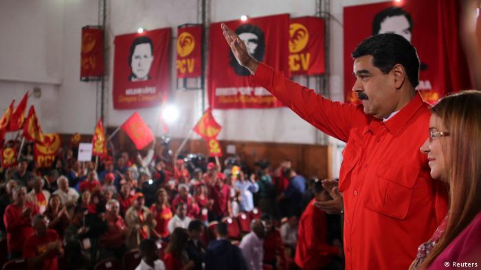 Maduro winkt, als er zum Treffen mit der Kommunistischen Partei Venezuelas (PCV) in Caracas kommt (Reuters)