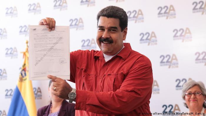 Venezuela vor der Wahl | Maduro (picture-alliance/Prensa Miraflores/M. Garcia)