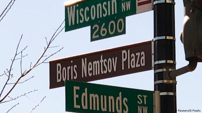 Таблички с указанием улиц, в том числе площади Немцова (Boris Nemtsov Plaza)