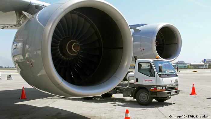 Betankungswagen zwischen Triebwerken eines Airbus A340-600