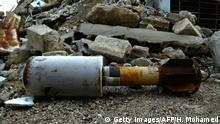 Invólucro de míssil em meio a escombros
